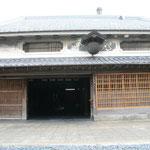 豊村酒造の表門。120年ほど前に建てられたそうです。門構えはもちろん、造り酒屋には欠かせない杉玉もほぼ当時のままの姿だということです。