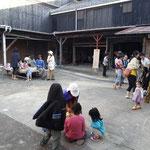 会場前のスペースはくつろぎスペースとなっており、休憩したり子供たちの遊び場にもなっています。