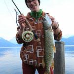 Sicher nicht der grösste Hecht, aber im November vom Ufer mit dem Streamer...Hut ab Pädi!