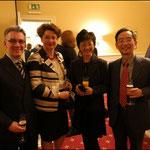 Wei-Ta Cheng (r.), Generaldirektor der Taipeh Vertretung Büro Hamburg, mit Frau neben Hjalmar Stemmann, Abgeordneter der Hamburgischen Bürgerschaft