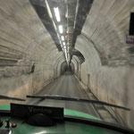 Platzangst, Herzrasen, Schweißausbrüche - in das Zollfreie Gebiet geht es nur durch diesen Tunnel!!