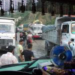 Typische Situation auf dem Weg nach Pokhara: Irgendein Depp musste noch überholen. Das Entwirren dauert ca. 30 Minuten