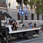 In Athen werden auch Mopeds abgeschleppt
