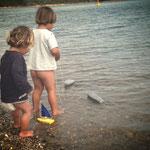 Bächleboot und Shampooflaschen-Gaffa-Boot fahren
