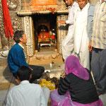 Im Tempel gibt es einen Schrein, wo man aus dem Ratten-Napf essen kann....