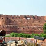 Das Red Fort in Agra. Daneben verläuft eine offene Kanalisation; das haben wir mal nicht fotografiert ...