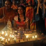 Im Licht von tausenden von Kerzen und Öllampen