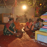 Die Wedding-Season wird eingeläutet vorm eigenen kleinen Tempel