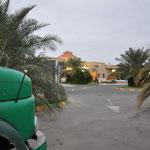 Der Hotelparkplatz hinter Bam