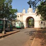 Die Einfahrt zum Palast vom Grundstuecksbesitzer