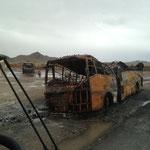 Ausgebrannte Busse auf der Strecke Quetta - Dalbandin