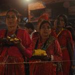 halten die Frauen Wache und opfern Krishna Blumen und Speisen.