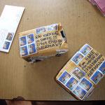 Weg mit dem Baumwoll-Bezug, Briefmarken drauf und fertig ist der Versand aus Pokhara!
