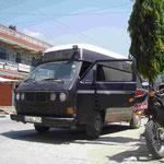 ....im VW Bus durch Pokhara