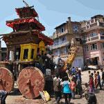 Der heilige Holzwagen, der zum Neujahrsfest von zahlreichen Menschen über die Straße gezogen wurde