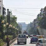 Durch Athen, im Dunst im Hintergrund erscheint die Akropolis