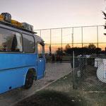 Früh am Morgen verlassen wir den Stellplatz am Sportplatz