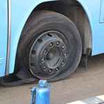 Der nächste Tag kurz vorm Ziel: Reifenpanne Nummer eins!