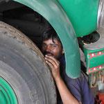 Einer der Inder zieht die Bremsen nach