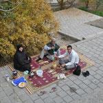 Vor dem Fin Garden wird Picknick gemacht