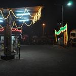 Normale Abendbeleuchtung an der Tankstelle