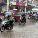 Ein Regenschirm hilft auch auf dem Motorrad.