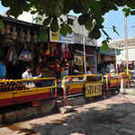 Hampi Bazaar lockt mit diversen Geschaeften....