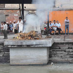 In Kathmandu haben wir noch einen Tempel, den Pashupatinath, auf dem Besichtigungsplan - hier sehen wir tatsächlich eine rituelle Verbrennung.