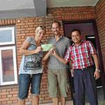 Der Manager und wir mit der Spendenbescheinigung über 15.000 Rupees, die jetzt in das Programm für die Straßenhunde fließen wird.