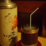 Nepali-Bier ist warum, krümelig und man trinkt es mit Strohhalm!