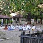 Die Andacht auf dem großen Platz unter freiem Himmel vor Gandhis Baum