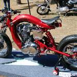 Er hat den Preis für das sauberste Bike gewonnen. Naja ...wird wohl auch nicht viel gefahren, bei dem kleinen Tank.