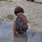 Während Theo in der Pfütze badet...