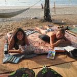 Handan und Jo genießen das Strandleben
