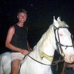 Kommt ein Pferd am Strand vorbei und Armin steigt auf....