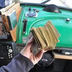 Wir ziehen am Geldautomaten einen Haufen Scheine für die neuen Reifen