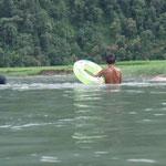In Reifen lassen wir uns den Fluss heruntertreiben