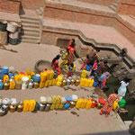 """Alltag: jeden Tag wird für """"sauberes"""" Wasser angestanden!!"""