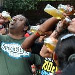 """in grün der Sieger der """"Beer Guzzling Competition"""". Ich hatte es mir gleich gedacht."""
