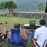 Wir schauen die Nachmittagsspiele mit unseren Nachbarn