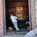 Während der eine die Gebetsmühle für die großen Wünsche dreht
