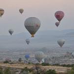 Morgens zum Sonnenaufgang starten zahlreiche Ballons!