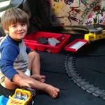 Der einzige Platz, um Theos Eisenbahn Indoor aufzubauen: Unser Bett