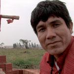 Ladio Veron vom Volk der Guaraní-Kaiowá vor dem Grab seines getöteten Vaters