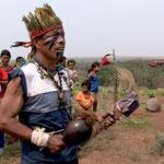 Die Guarani-Kaiowa im Bundesstaat Mato Grosso do Sul vor dem Kreuz ihres ermordeten Häuptlings