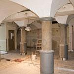 Der Gastraum mit den schönen alten Säulen