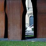 Chilidas 'Buscando la Luz' - eine Spende von Rolf Becker - wurde als Angelpunkt der drei Pinakotheken gesetzt.