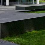 Monolithische Sitzbänke aus Naturstein