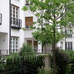 Bepflanzung an den kleinen Hausgärten, die den Wohnungen vorgelagert sind.