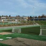 Sportanlage mit Kunststoffrasen und 400 m Laufbahn -  umgeben von einer aufwändigen Staudenpflanzung